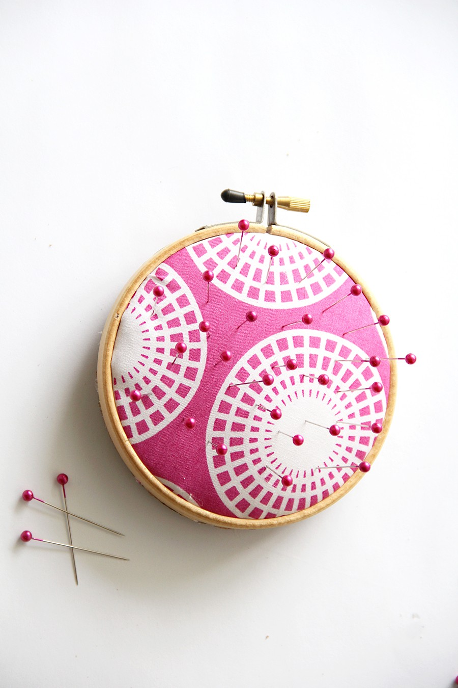 make this: embroidery hoop pin cushion