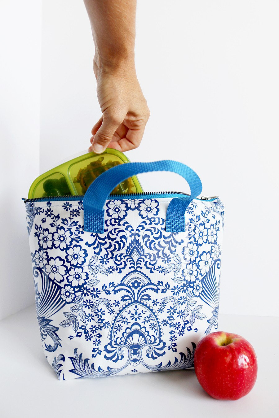 how to make an insulated lunch bag, that will keep food warm or cold for hours! #handmadewithjoann #ad