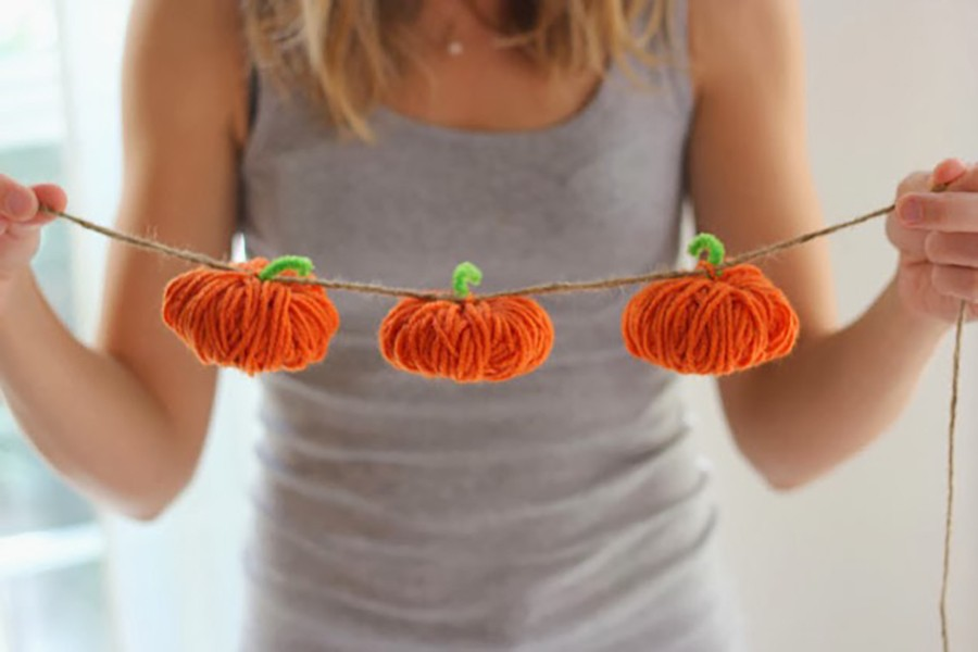 FALL DECOR: make these pom pom pumpkin banners
