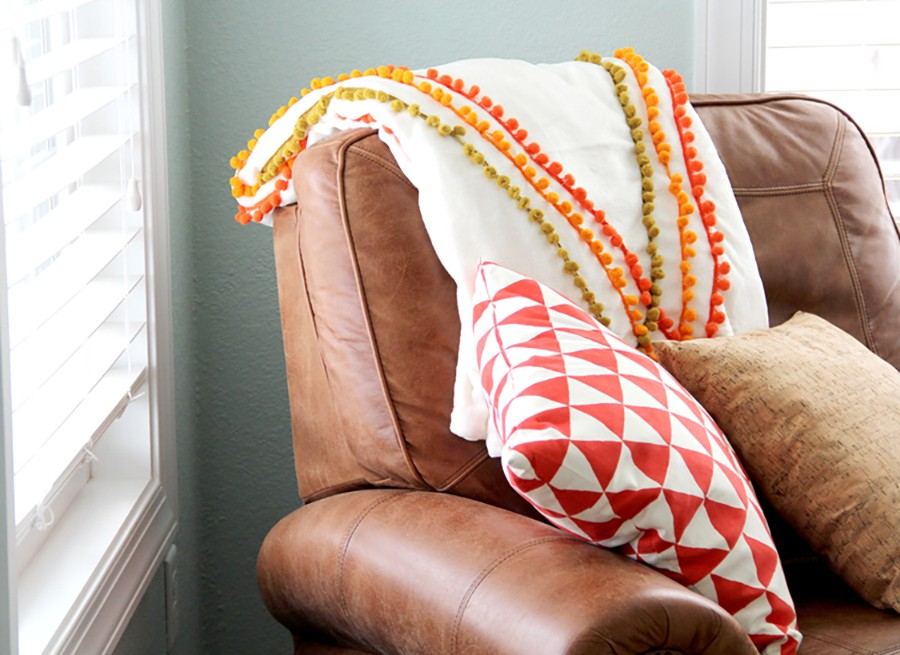FALL DECOR: Pom pom blanket DIY